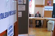 Čekání na voliče v klubu seniorů v Polské ulici v Olomouci. Do sobotního dopoledne přišlo jen 22% procent lidí ze seznamu.