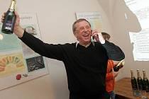 Vítěz v senátním obvodu číslo 61 Olomouc Martin Tesařík se raduje po sečtení hlasů.