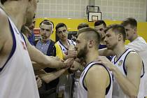 Olomoučtí basketbalisté (v bílém) porazili USK Praha B 77:61 a postoupili do Final Four první ligy
