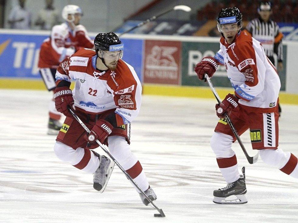 Olomoučtí hokejisté (v bílém) porazili na svém ledě Pardubice 2:1. U puku Jan Jaroměřský.