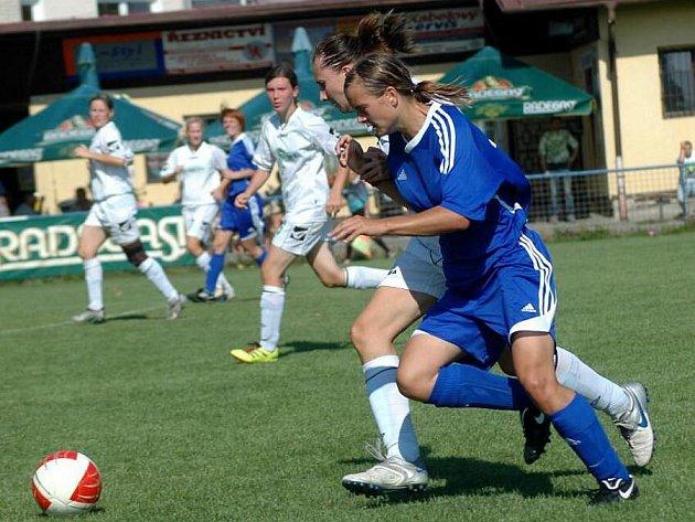 Fotbalistky 1. FC Olomouc (v modrém)