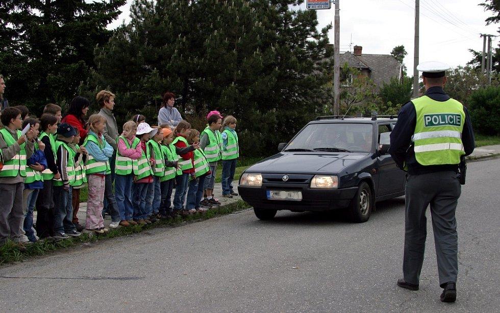 Školáci byli svědky toho, jak policie kontroluje chování řidičů.