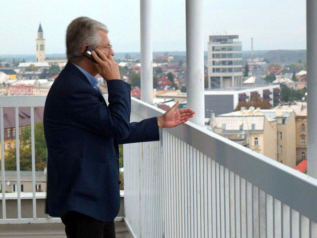 Lídr ANO Oto Košta na terase olomouckého hotelu Flora, kde si hnutí zřídilo volební štáb