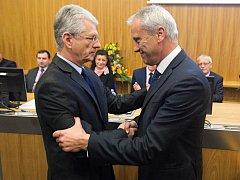Odstupující hejtman Jiří Rozbořil (vpravo) a nastupující hejtman Oto Košta