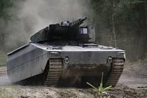 Pět moderních bojových vozidel pěchoty od tří výrobců, z nichž některé by v budoucnu mohlo v Armádě ČR nahradit stávající BVP 2, předvádělo jízdní a palebné schopnosti během testování na Libavé. Na snímku Lynx - německý výrobce PSM