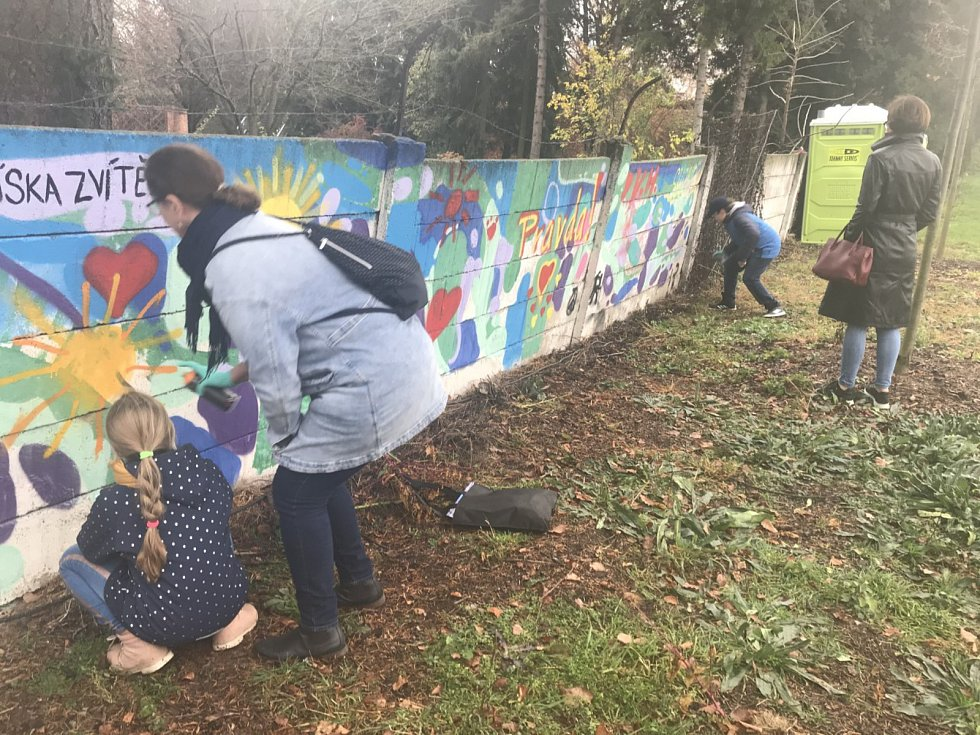 30. výročí pádu Berlínské zdi si připomněli lidé v Olomouci malováním symbolů, vzkazů a obrázků na betonové ohrazení mezi areálem Korunní pevnůstky a botanické zahrady.