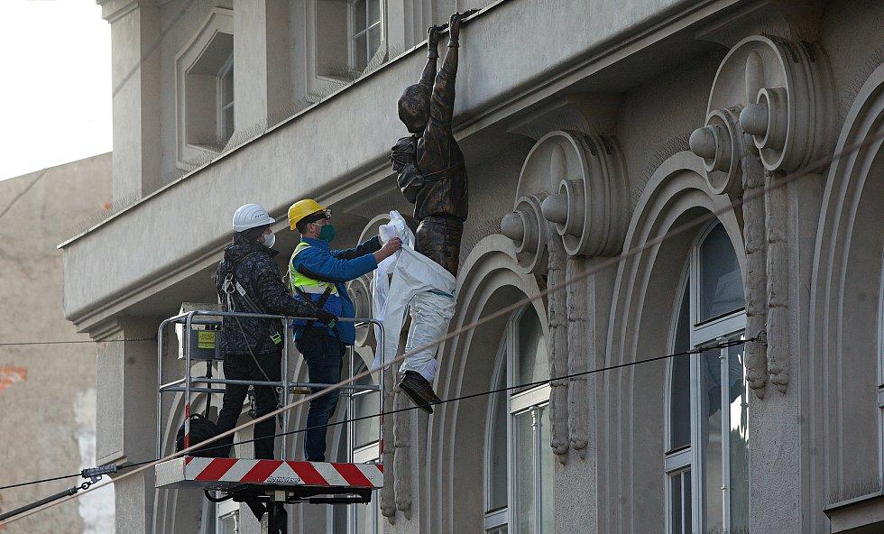 Oblékání Lupiče (socha Davida Černého ) na fasádě Muzea umění v Olomouci. 21.ledna 2021