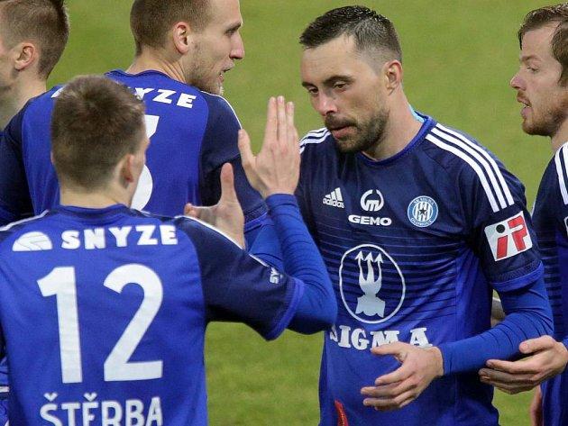 Michal Ordoš přijímá gratulace po trefě do sítě Bohemians