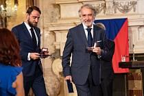 Ondřej Zatloukal (vlevo) a Pavel Zatloukal dostali ocenění v Senátu