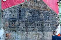 Sto let stara reklamni plocha na jednom z domů v Palackého ulici v Olomouci