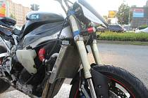 Automobil značky toyota se střetl s motocyklem yamaha.