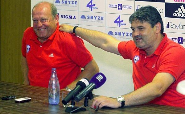 Trenér Leoš Kalvoda a sportovní manažer Ladislav Minář na tiskovce Sigmy před stratem nové sezony