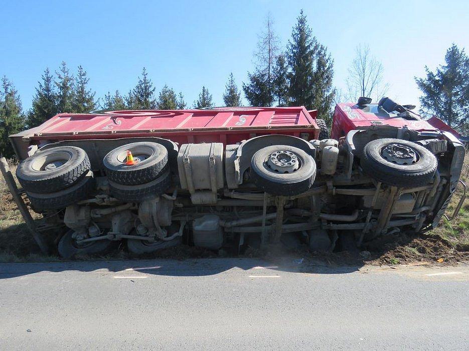 Řidič plně naloženého nákladního auta nezvládl u Slatinic na Olomoucku předjet traktor a skončil v příkopu.