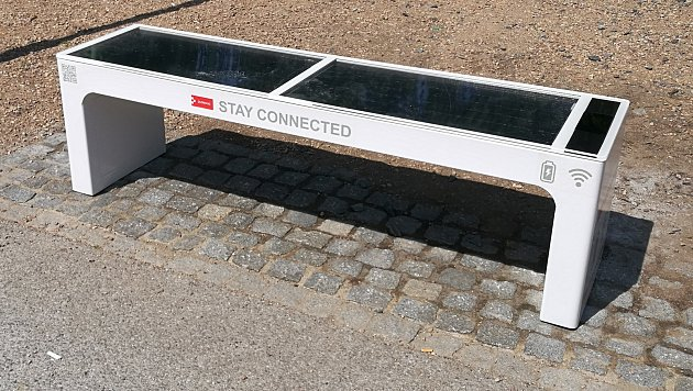 Solární wi-fi lavička ve Smetanových sadech v Olomouci