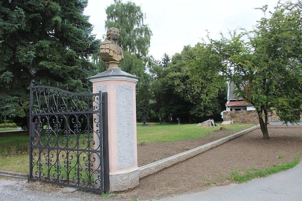 V areálu zámku ve Velkém Týnci právě probíhá rekonstrukce oplocení areálu.