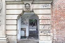 Neznámý vandal poškodil několika nápisy Terezskou bránu v Olomouci