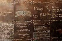Prvních sedmdesát měděných tabulek s nápisy a vzkazy bylo slavnostně odhaleno v průchodu Vodární ulice v centru Olomouce