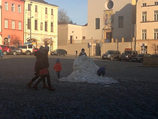 Pozůstatky sněhu na Dolním náměstí vOlomouci