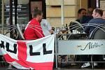Angličtí fanoušci na Horním náměstí v Olomouci