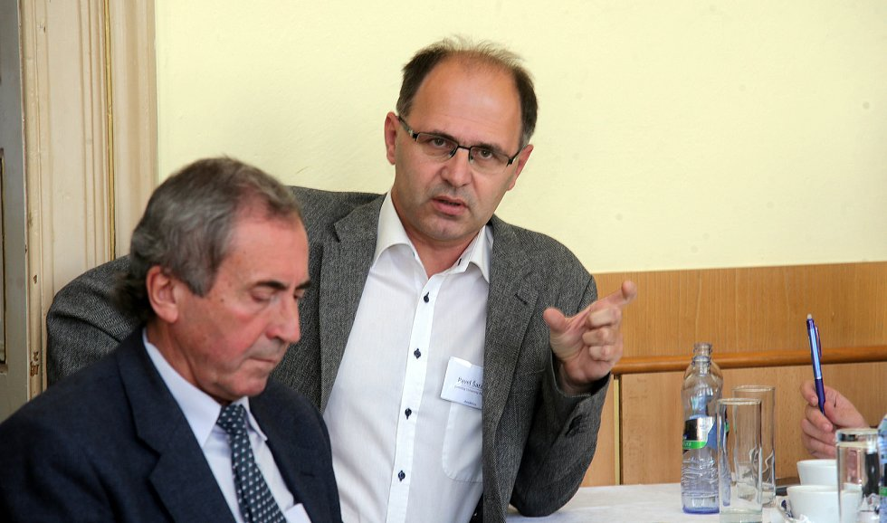 DENÍK BUS - debata v salonku Městského domu v Přerově. Politolog Pavel Šaradín (vlevo) a přerovský radní Pavel Košutek (ANO)