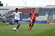 Olomoučtí fotbalisté (v červeném) porazili v přípravě druholigový Šamorín 3:0David Houska (vpravo)