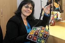 Ručně vyrobenou kabelku s vůní dálek, věnovala do třetího ročníku Kabelkového veletrhu Olomouckého deníku herečka Moravského divadla Olomouc Ivana Plíhalová.