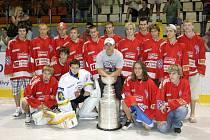 Na zimním stadionu se mladí hokejisté fotili společně s Jiřím Hudlerem a Stanley Cupem.