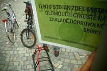 Instalace stojanu na kola před Galerií Moritz