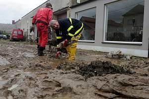Bahno, trosky, poničené domy zůstaly po povodni.