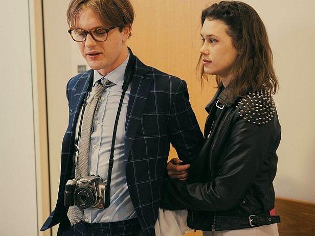 Michael Pitt a Astrid Berges-Frisbey ve filmu Výchozí bod