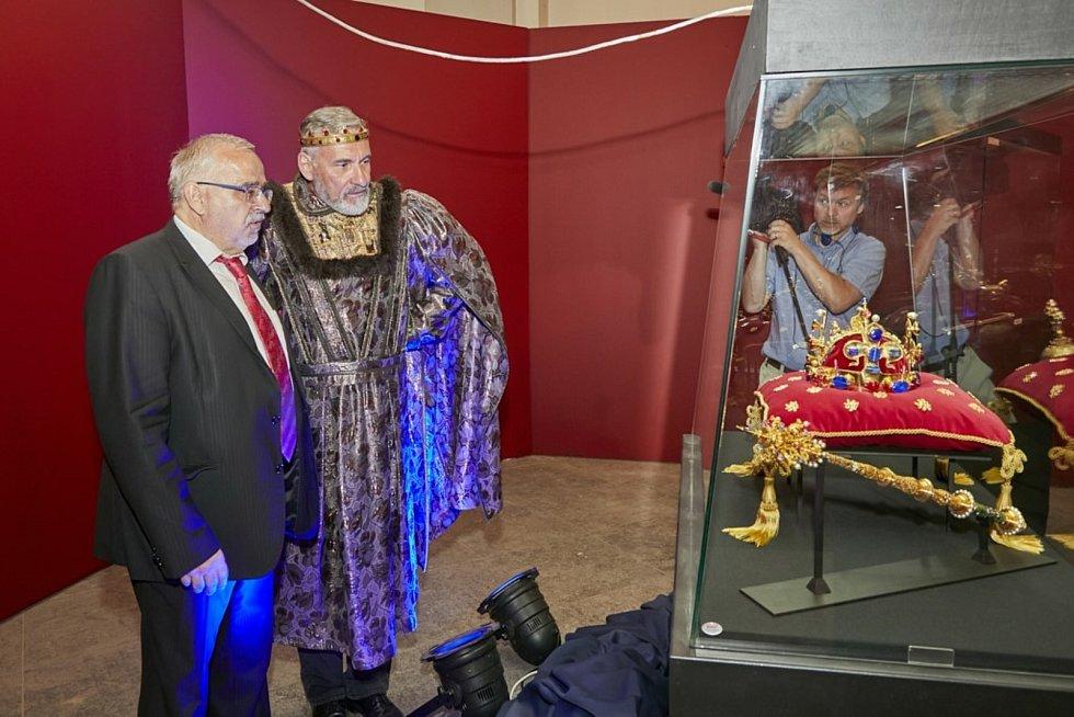 Výstavu korunovačních klenotů ve Vlastivědném muzeu Olomouc otevřel herec Jan Čenský. Na fotografii s ředitelem VMO Břetislavem Holáskem.