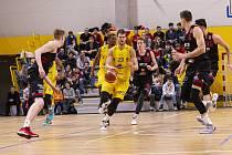 Hráči BK Olomoucko (ve žlutém) podlehli v Čajkaréně Nymburku 73:90.