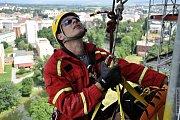 Olomoučtí hasiči cvičili záchranu lidí z osmnáctipatrové budovy Moravské vysoké školy na třídě Kosmonautů v Olomouci