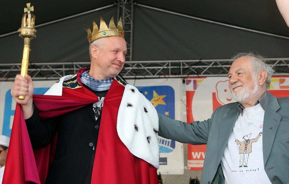 Předání královské koruny - vlevo nový král majálesu Jaromír 99, vpravo loňský vladař Josef Jařab