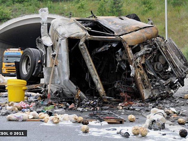 Požár havarovaného kamionu zablokoval R35 u Lipníka