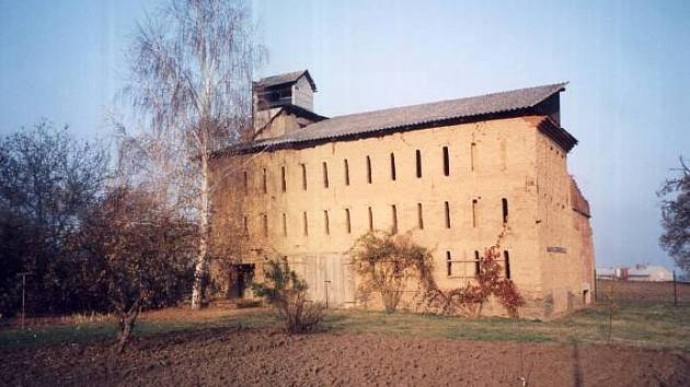 Zchátralá budova sušárny chmele v Odrlicích