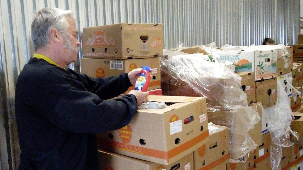 Olomoucká potravinová banka převzala ve skladu jednoho z řetězců bedny s potravinami určené na pomoc potřebným