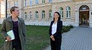 Stanislav Majer a Klára Melíšková před vrchním státním zastupitelstvím. Natáčení televizního seriálu Živé terče v Olomouci