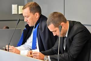 Obžalovaný Tomáš Pantlík (vpravo) se svým obhájcem u Krajského soudu v Olomouci, 15. 10. 2019