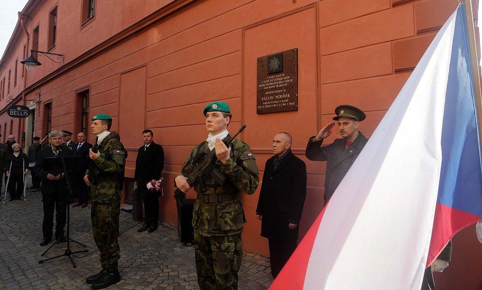 Odhalení pamětní desky Václavu Morávkovi, hrdinovi protinacistického odboje a členu skupiny Tři králové, na domě v Šemberově ulici v centru Olomouce, kde žil během své vojenské služby