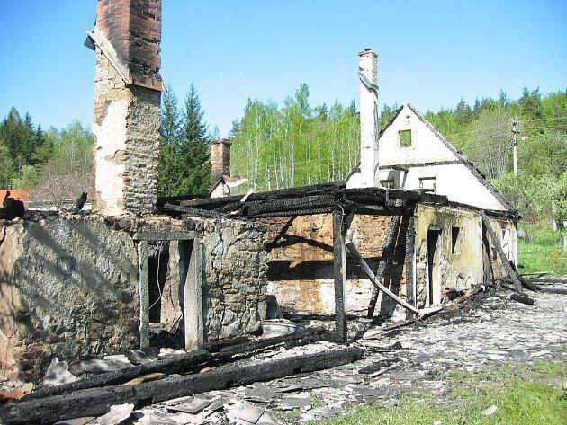 Spáleniště vybydleného domu.