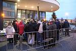 Před budovou RCO v Olomouci se od nedělního odpoledně dělaly fronty na kotlíkové dotace.