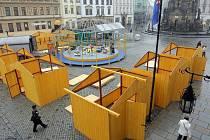 Stavba vánočních stánků na Horním náměstí v Olomouci