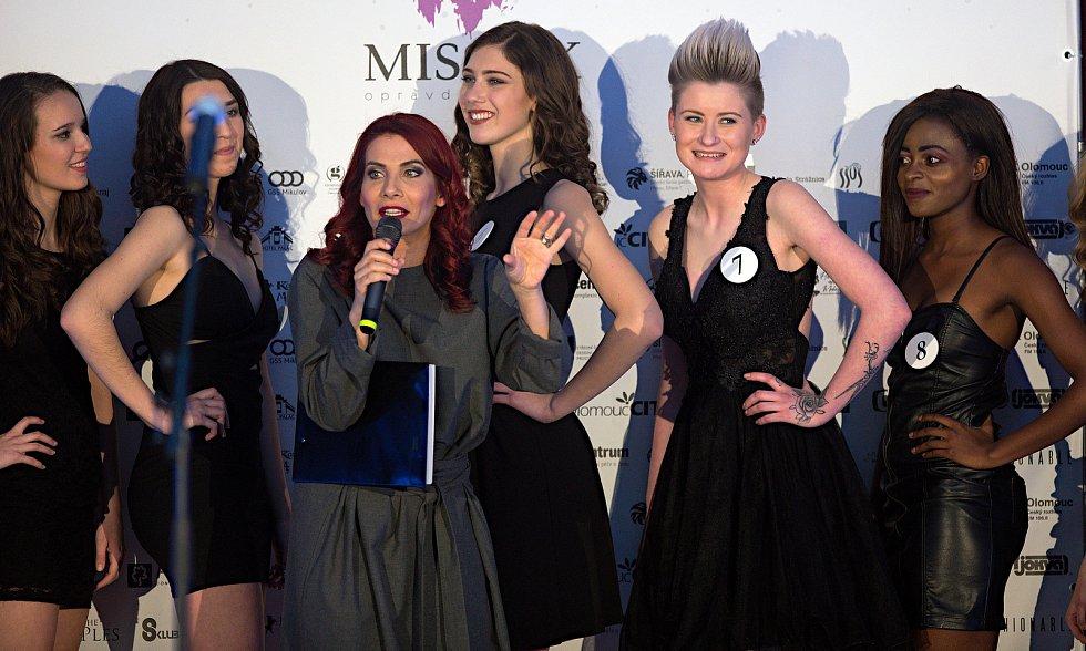 Moderátorka Eva Decastelo. Semifinále 6.ročníku soutěže Miss OK ve Velké Bystřici.