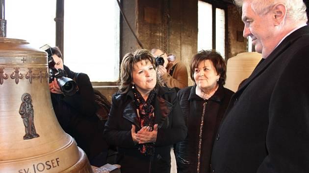 Prezident Zeman ve zvonařské dílně v Brodku u Přerova. Vedle něj majitelky firmy (zprava) Leticie Vránová-Dytrychová a Marie Tomášková-Dytrychová