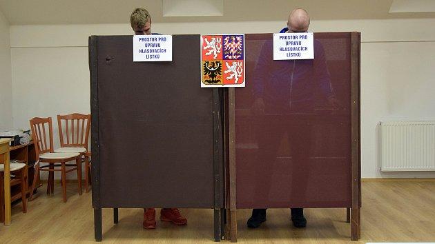 Volební místnost v hasičské zbrojnici v olomoucké části Chomoutov