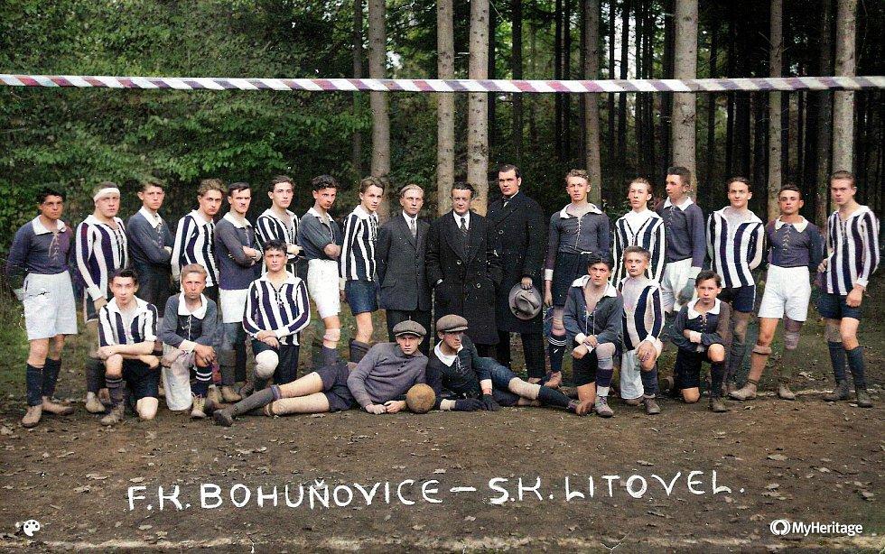 Kolorovaná nejstarší dochovaná fotografie v kronice litovelského fotbalu z října 1924.