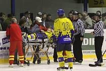 Obránce Jurdiče odvážejí zdravotníci z ledu.