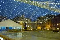 Na kluzišti na Dolním náměstí se v pátek 5. listopadu večer začal připravovat led