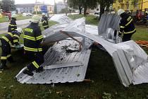 Silné bouřky s krupobitím, vichrem a lijákem se 1.7. 2019 prohnaly Olomouckým kraje. V Bohuslavicích vítr strhl střechu paneláku, voda vyplavila byty.
